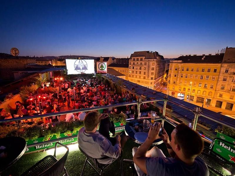 Фото: Ночная панорама и жизнь Будапешта