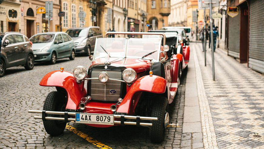 Наретро-автомобиле сбокалом игристого!