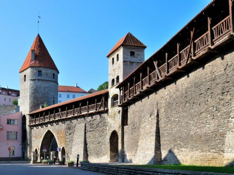 Прогулка вдоль крепостной стены width=