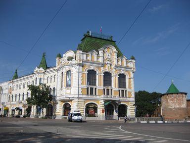 Исторический портрет Нижнего Новгорода на фоне Большой Покровской